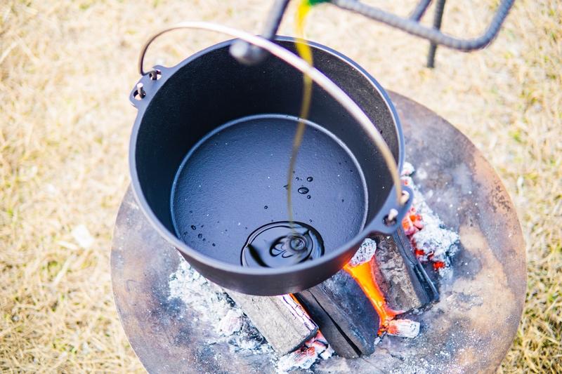 ダッチオーブンと油