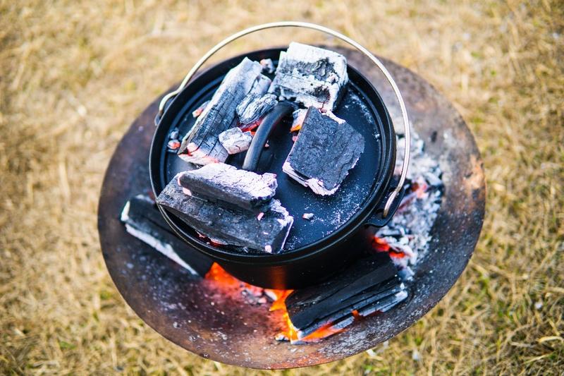 炭に包まれたダッチオーブン