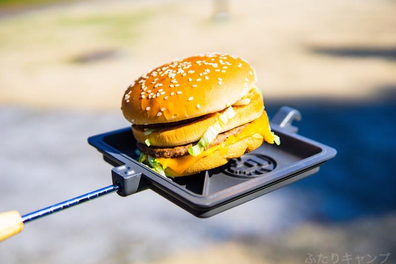 ホットサンドクッカーに載せられたハンバーガー