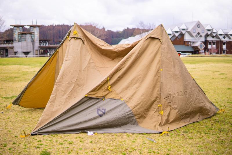 設営されるテント